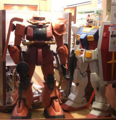 機動戦士ガンダム&赤い彗星シャーの人間等身大フィギア?展示中(東京都新宿区内)