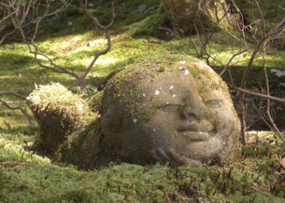 大原三千院の庭にある童子の石像
