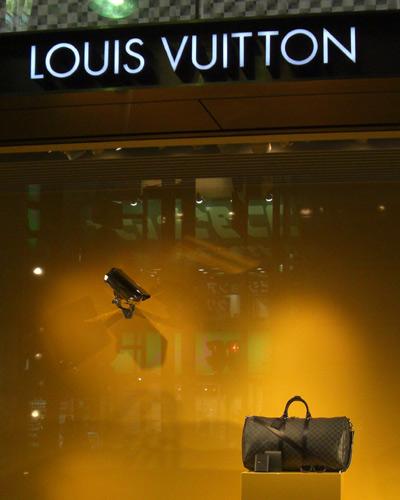 監視カメラがルイ・ヴィトンのバッグを狙ってます