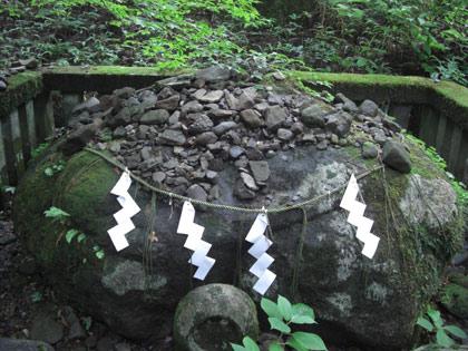 日光・滝尾神社奥の安産子種石