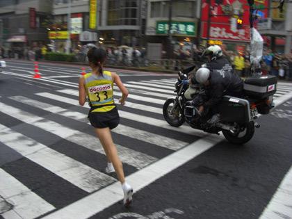 第30回東京国際女子マラソン(最終回)優勝されました、尾崎好美選手の後ろ姿