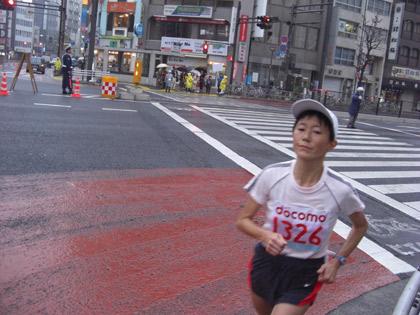 第30回東京国際女子マラソン(最終回)四谷三丁目の時点の最終ランナー・(藤田敦子選手・東京陸協)