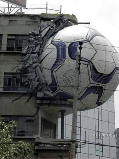 FIFAもビックリ!建物にサッカーボールが・・・