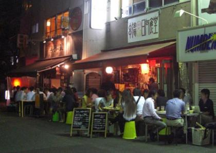 東京新宿二丁目交差点の立ち飲み屋(路上まで満員御礼)