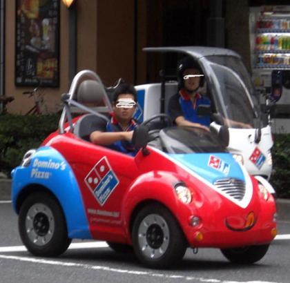 チョロQ型 ピザ配達車発見!宅配のドミノピザ
