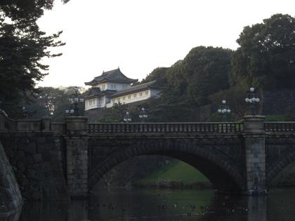 天皇陛下即位20年で祝賀ムードと皇居二重橋の写真