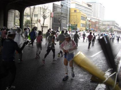 東京マラソン2007~2010 4年連続バック走行で完走のおじさん!