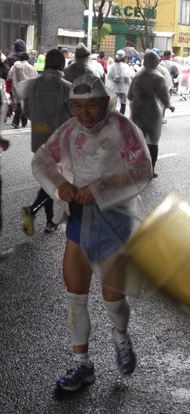東京マラソン2007~2010 4年連続バック走行で完走のおじさん2!