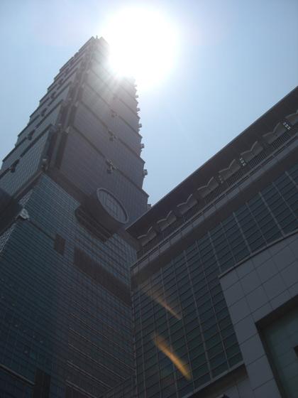 台湾の台北市 ダイアモンド(diamond)TAIPEI101(101階のビル)下からの写真
